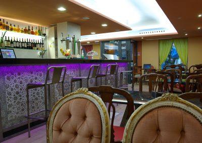 Disponemos de un reservado en la planta inferior para grupos, comidas de empresa y celebraciones familiares. Amplio surtido de tapas y tres menús (14, 17 de degustación y 19 €) con platos españoles e iraníes.