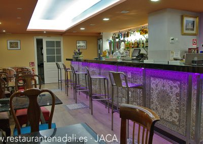 Además de nuestro comedor y la cafetería, disponemos de un reservado en la planta inferior para grupos, comidas de empresa y celebraciones familiares.